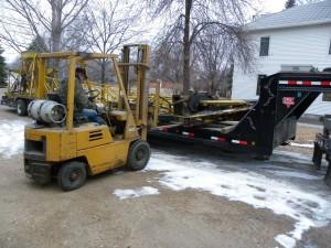 Knuckleboom crane getting unloaded 1